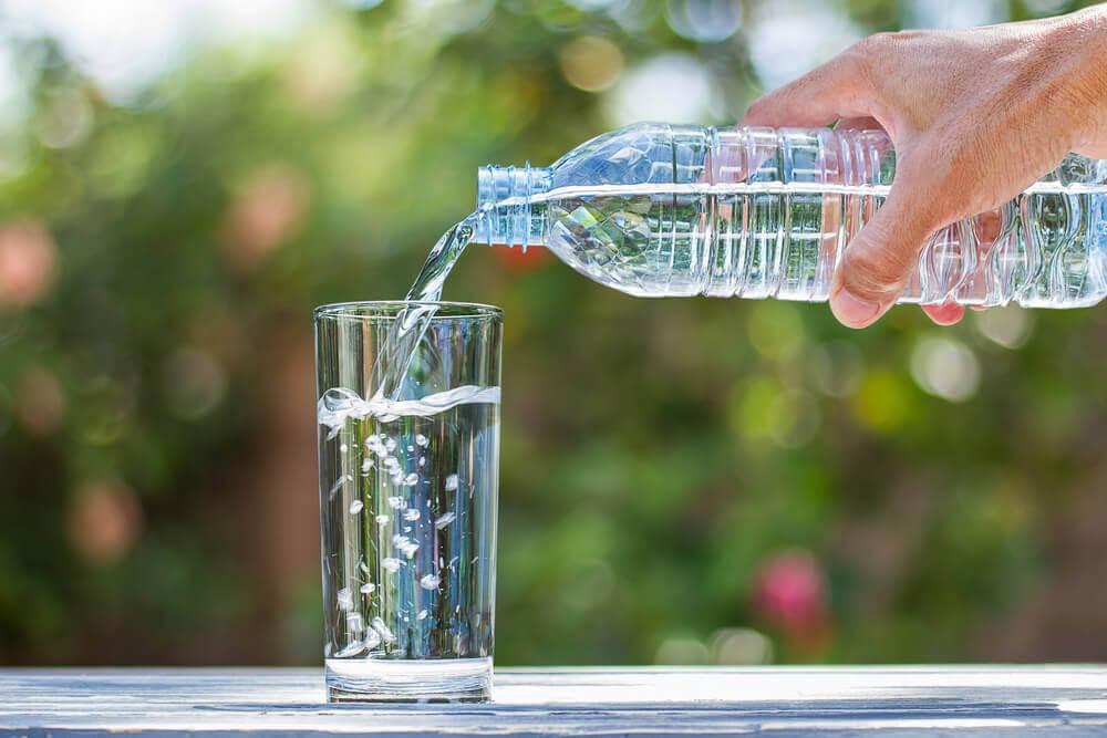 Agua mineral embotellada.