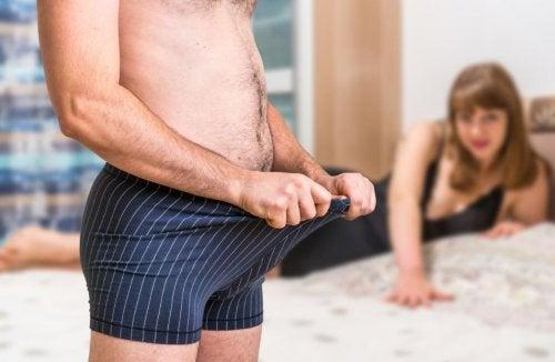 Hombre abriéndose la ropa interior