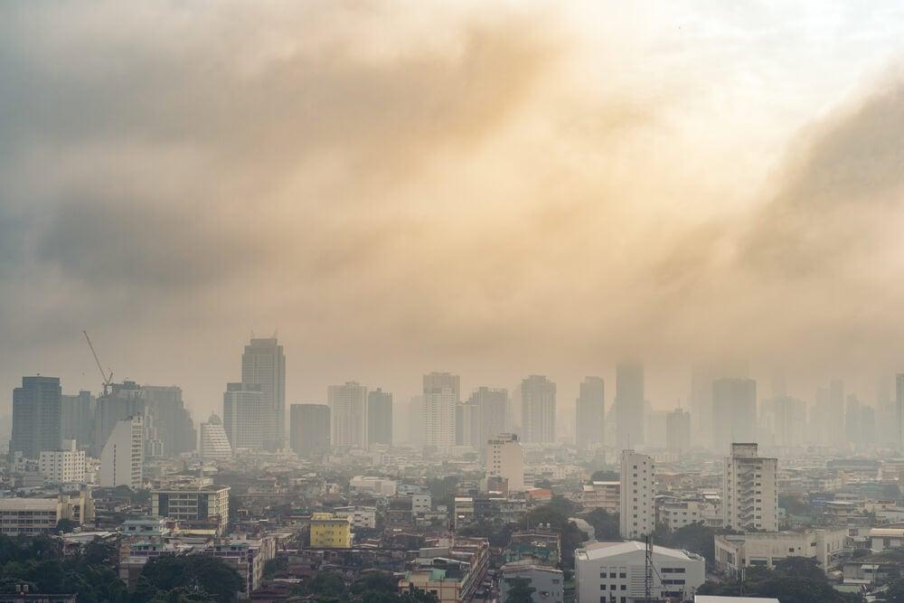 Paisaje de ciudad con gran contaminación ambiental