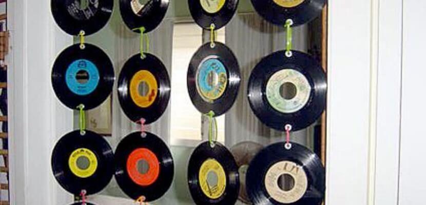 Cortina hecha a base de discos de vinilo.