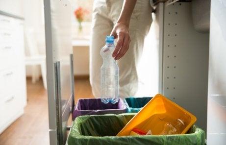 Se pueden realizar cestos para la basura reciclados de múltiples formas.