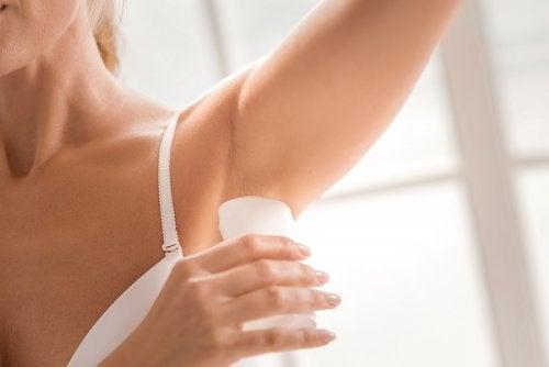 Mujer aplicando un desodorante