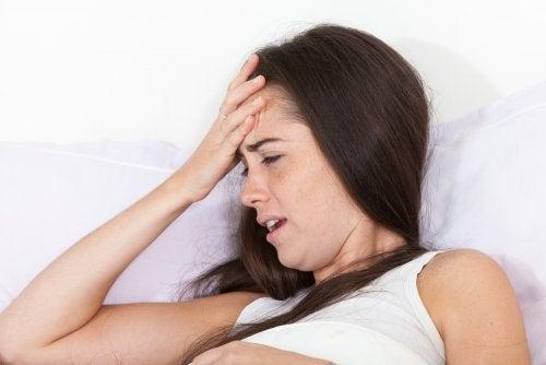 4 razones por las que te duele la cabeza al levantarte