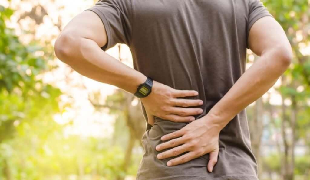 Hombre joven con dolor de espalda.