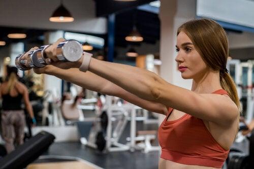 3 ejercicios con mancuernas para fortalecer los hombros