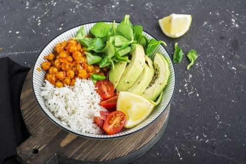 Deliciosa ensalada de arroz y guacamole