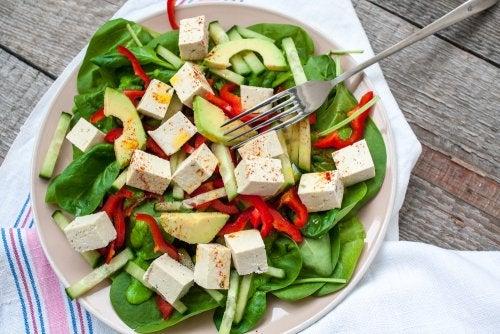 Ensalada de espinacas y tofu para veganos