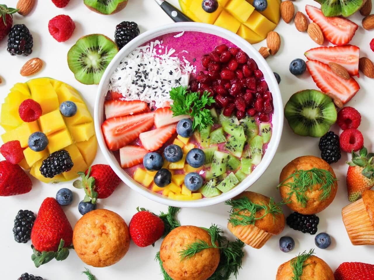 Ensalada mixta de frutas para un brunch.