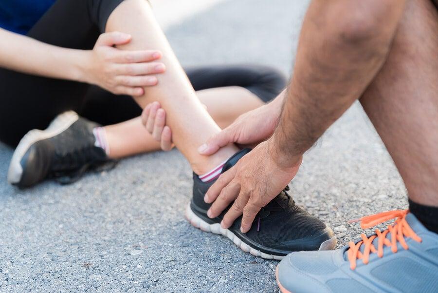 Mujer con dolor de tobillo por lesión.