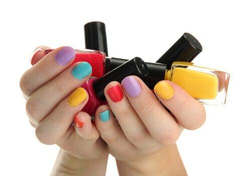 Los esmaltes de uñas se suelen estropear con el paso del tiempo.