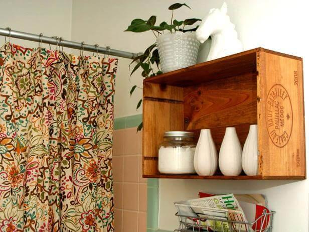 Estante con caja de frutas para decorar un baño