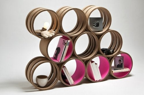 Estantería hecha con materiales de reciclaje.