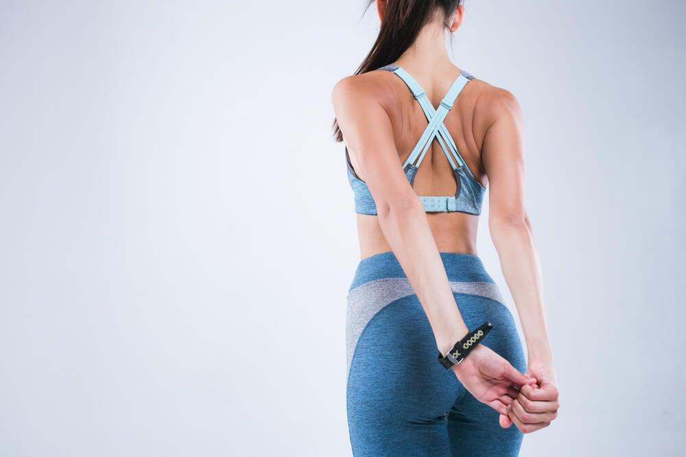 4 ejercicios de estiramiento que te ayudan a corregir tu postura