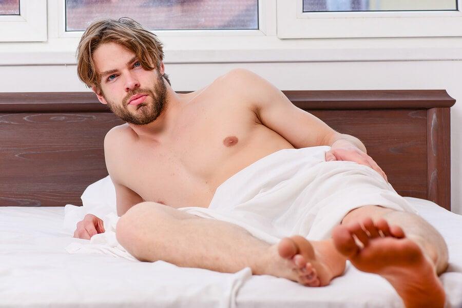 Hombre en la cama esperando.