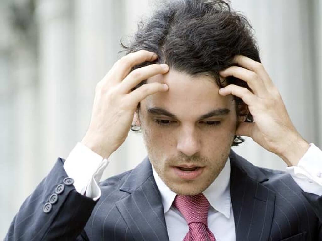 Síntomas del miedo a hablar en público. Hombre nervioso
