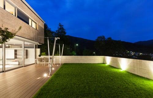 6 formas de iluminar tu jardín en las noches