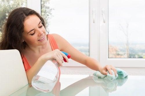 8 consejos para limpiar una mesa de cristal