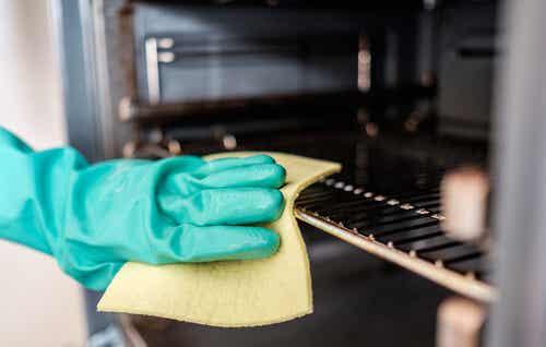 ¿Cómo limpiar el horno de la cocina con 5 ingredientes naturales?