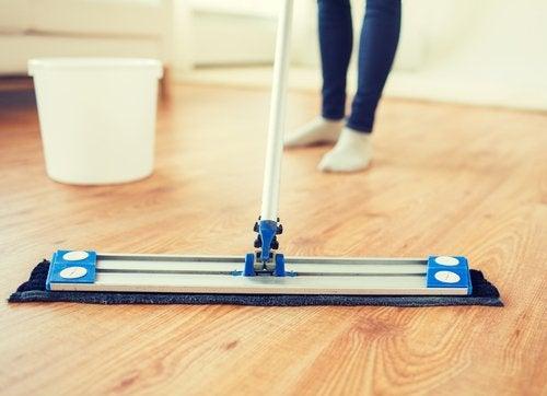 5 productos naturales para recuperar el brillo de tu piso de madera