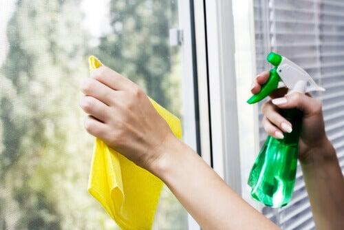 Debemos limpiar las ventanas periódicamente.