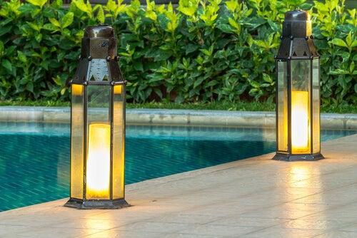Hay diferentes maneras de iluminar un jardín.