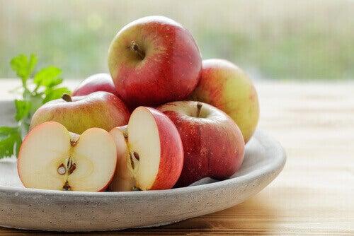 Manzanas pequeñas rojas