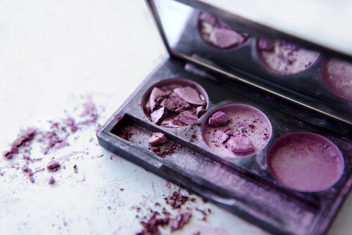 Existen diferentes maneras de arreglar el maquillaje roto.