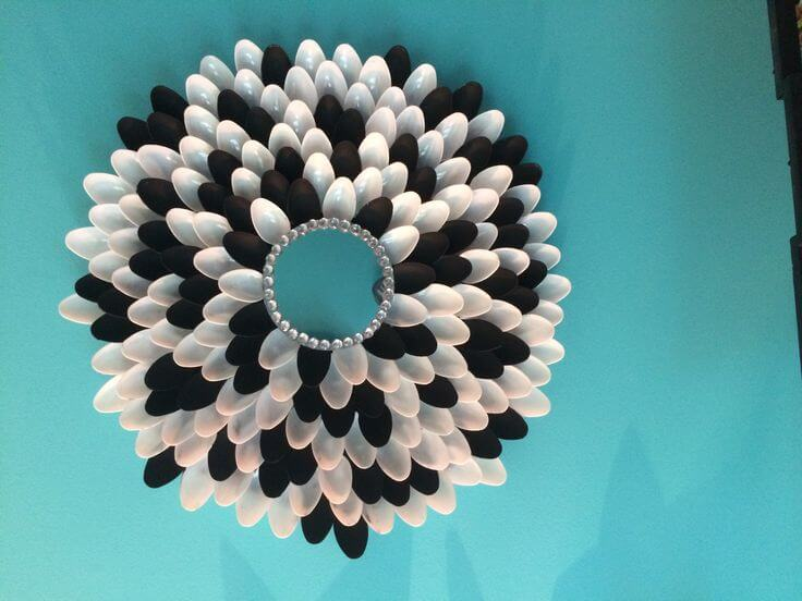 Artesanía con cubiertos de plástico.