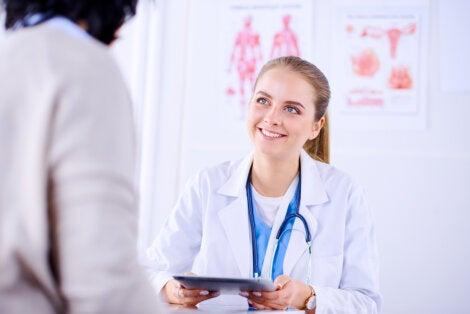 Médico hablando con paciente en el preoperatorio.