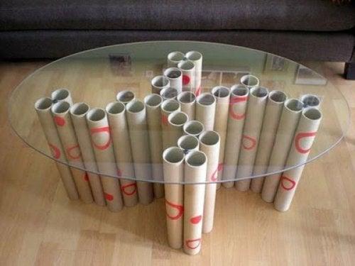 Mesa sostenida por tubos de cartón