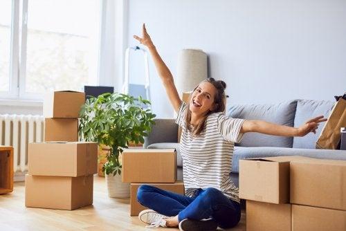 Mujer rodeada de cajas