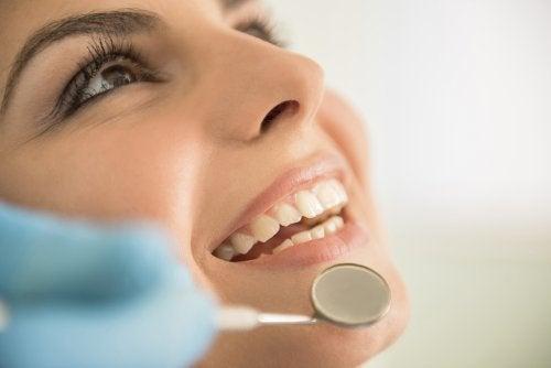 Mujer en el odontólogo: Anestesia y analgesia dental