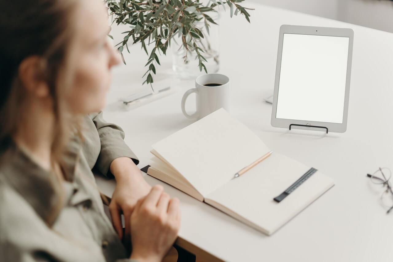 Mujer sentada en un escritorio minimalista