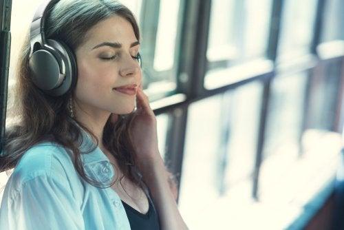 Mujer escuchando música con los ojos cerrados