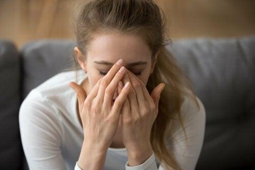 Mujer estresada en el sofá