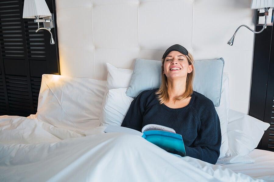 Mujer guardando reposo en cama.
