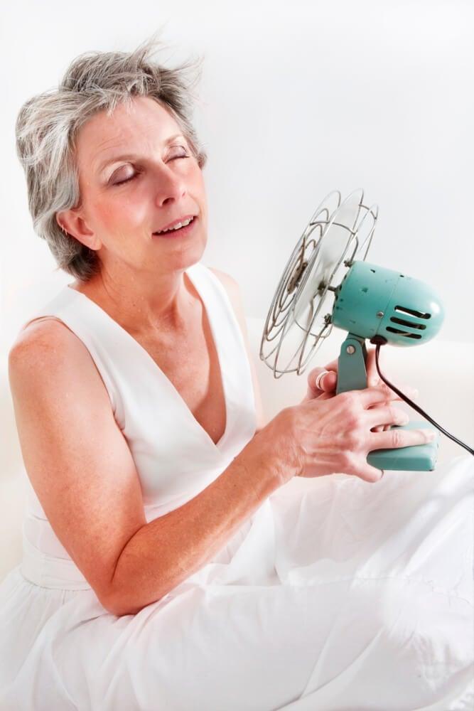 Mujer con un ventilador.