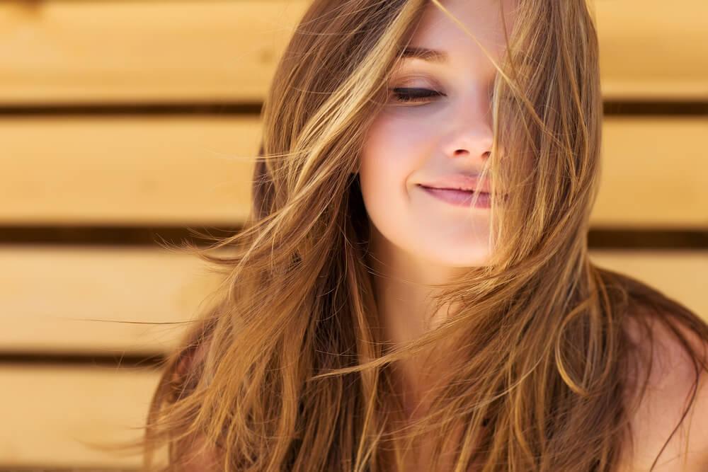 Mujer con el pelo suelto.