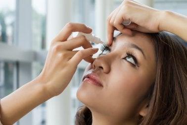 Colirio de eufrasia para los ojos irritados