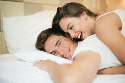 6 posturas sexuales que les encantarán a las mujeres bajitas