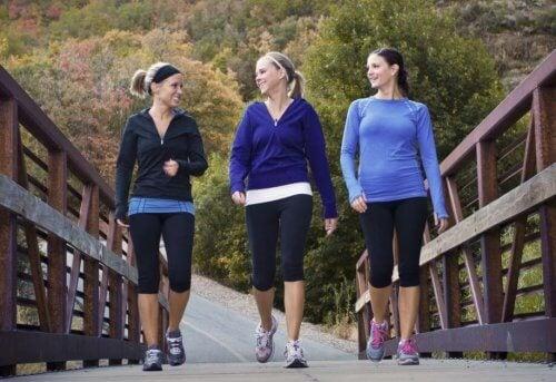 Grupo de mujeres caminando sobre un puente en la naturaleza