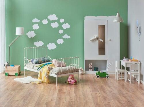 Habitación con un mural infantil en la pared con nubes formando un círculo