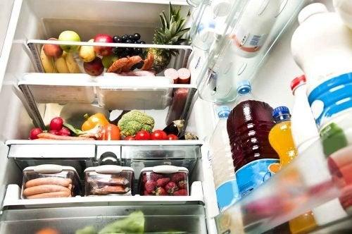 8 trucos para mantener el frigorífico limpio y ordenado