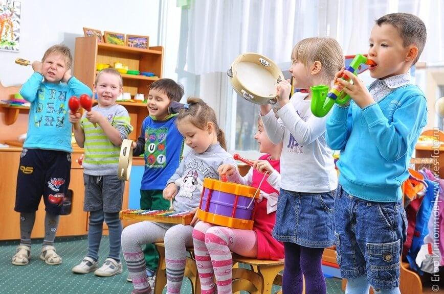 Niños creativos con instrumentos.