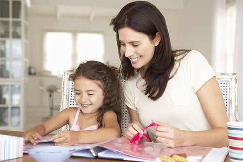 Se pueden realizar manualidades con niños de diferentes maneras.