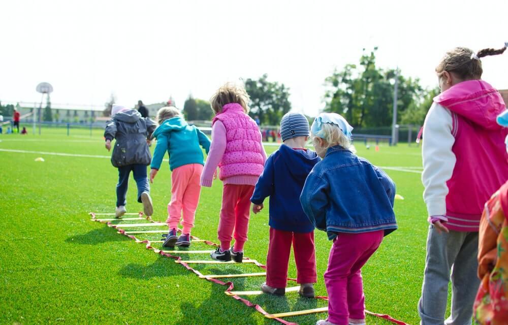 Niños jugando: ejemplo de cooperación.