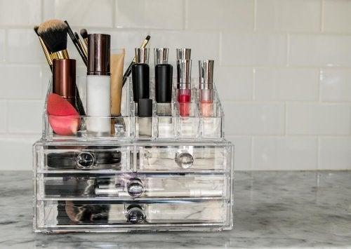 Organizadores de maquillaje hechos en casa.