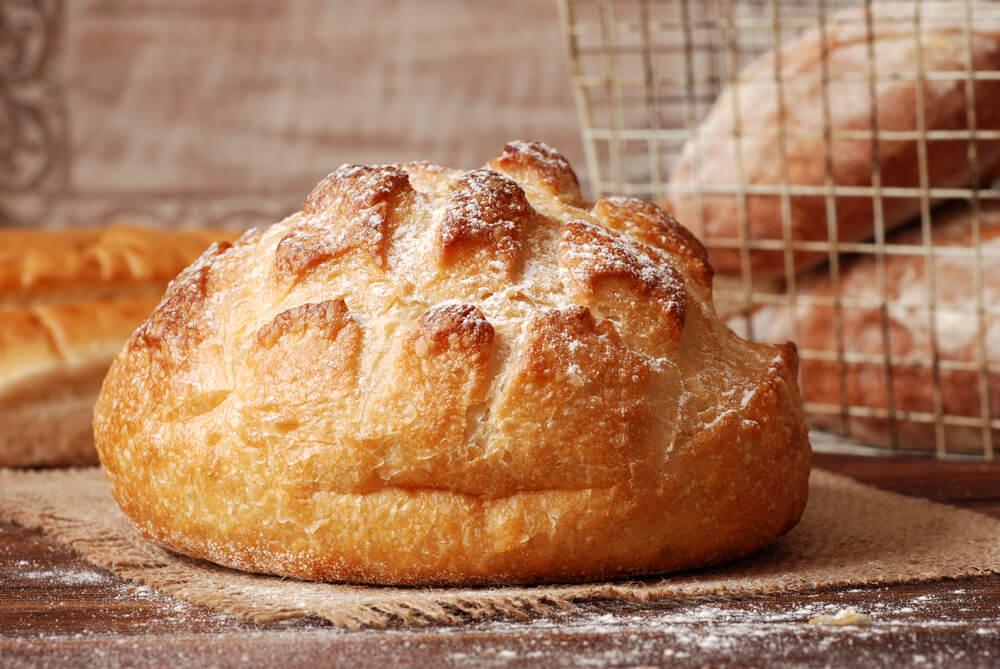 Pan sin amasado sobre una bandeja