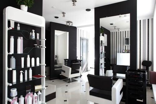 Existen diferentes formas de decorar un salón de belleza.