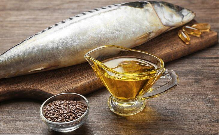 Pescado con un vaso de aceite